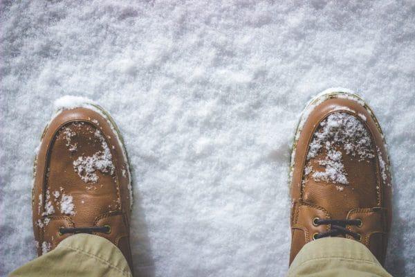 Schuhe im Schnee. Schlittschuhgröße ermitteln, leicht gemacht.