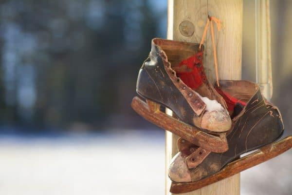 Kufenschoner schützen die Schlittschuhe. Ein Paar Schlittschuhe, die nicht geschützt wurden.